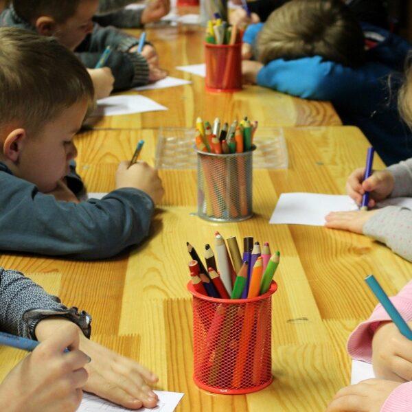Sala przedszkolna oraz akcesoria do nauki dla przedszkolaka w szkole i w domu